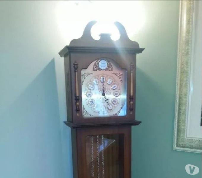Reloj antiguo en madera 0