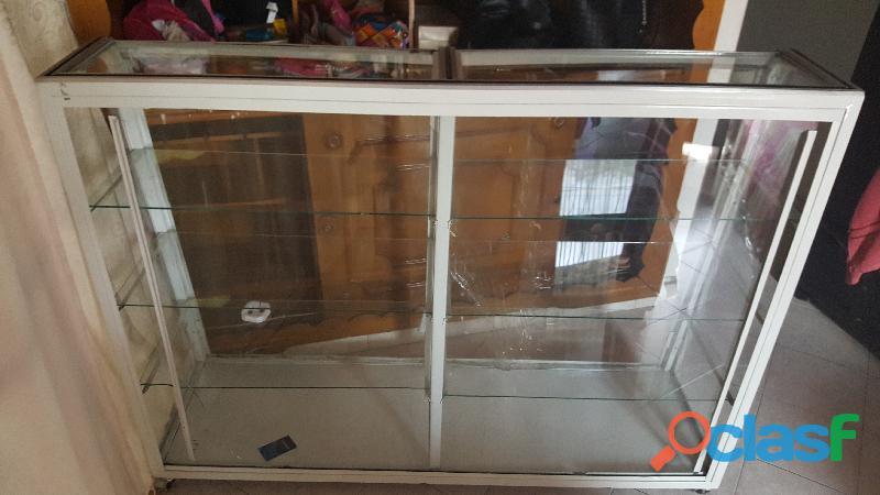 se vende vitrina sencilla usada par local 1