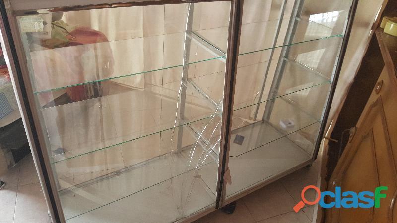 se vende vitrina sencilla usada par local 2