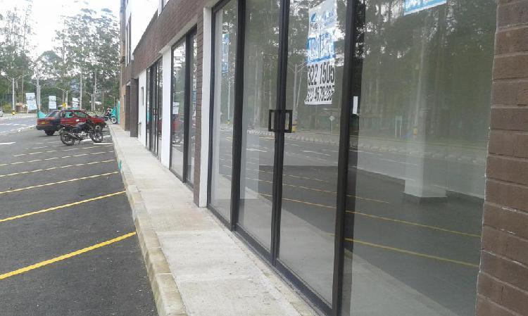 Se vende o se arrienda local vitrina comercial doble, en el