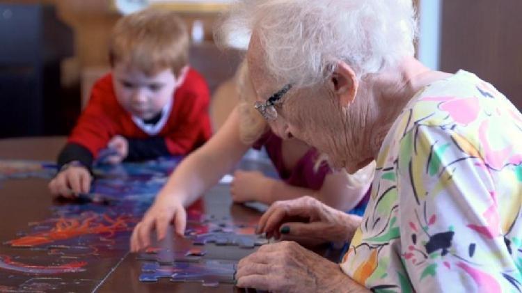 Se cuidan niños o adultos mayores.
