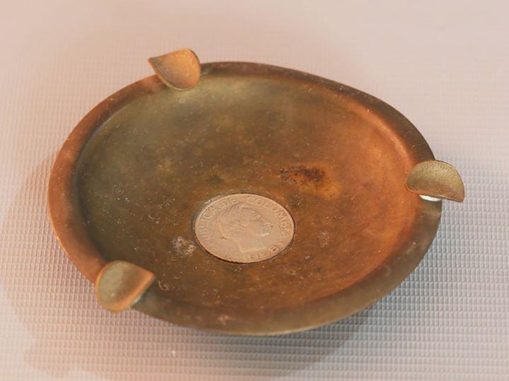 Cenicero antiguo de bronce con detalles en monedas