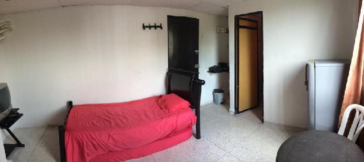 Arriendo habitacion amoblada, con baño y cocinita interna.