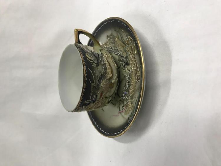 Pocillo y plato porcelana con dragon negro dorado, antiguo