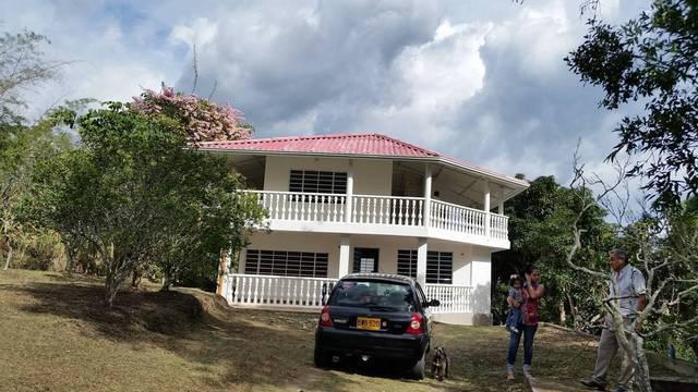 Casa campestre junto a via principal