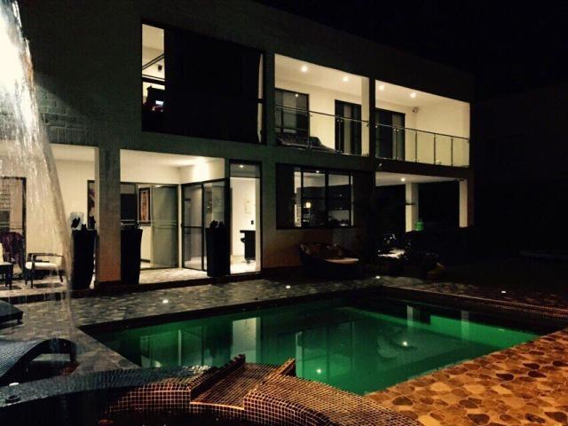 Casa con piscina propia y jacuzzi