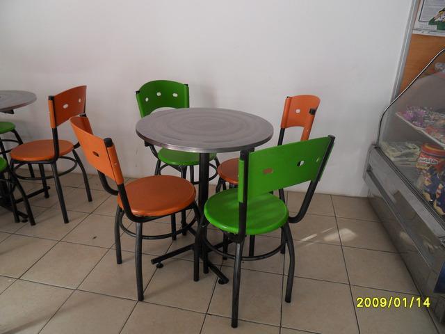 Mesa, exhibidor y sillas de oportunidad en santander