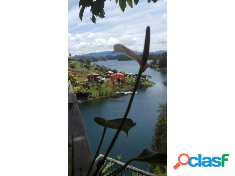 Finca de recreo en guatape con vista al lago