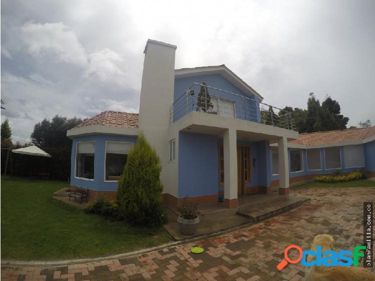 Hermosa casa azul de 2 pisos
