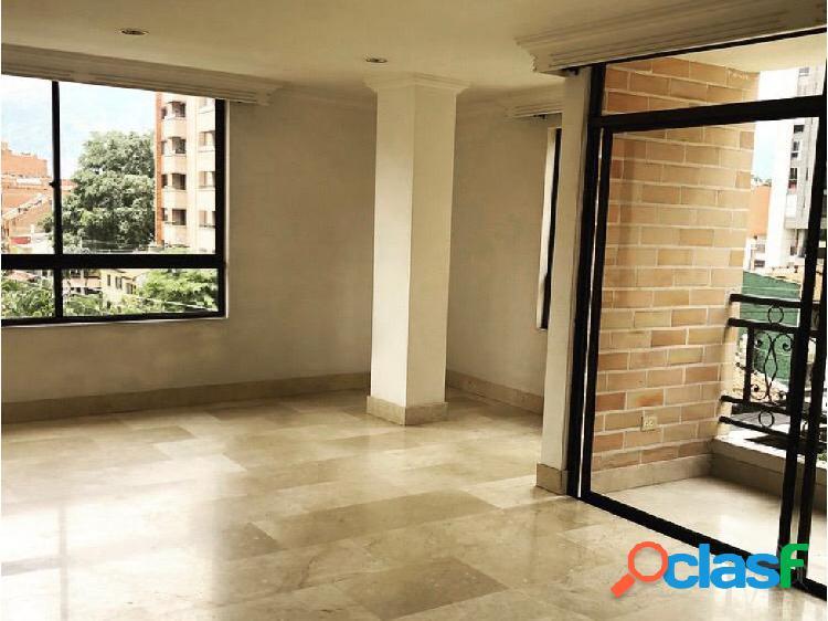 Apartamento clásico y amplio en laureles