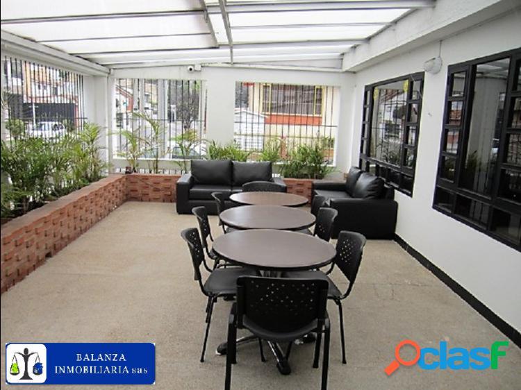 Casa esquinera dotada para oficina 100% remodelada