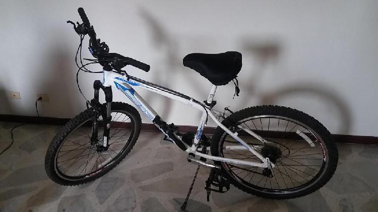 Bicicleta todo terreno benotto, aluminio, rin 26.