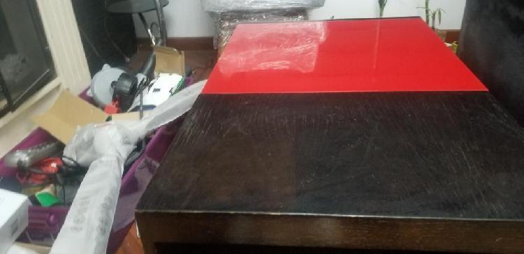 Motivo de viaje mesa madera vidrio