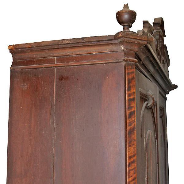Armario antiguo en finas maderas doble compuerta entrepaños