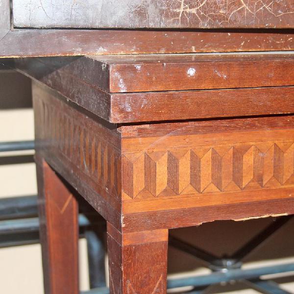 Mesa para juegos insertos laterales decorativos en madera
