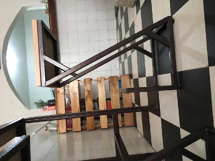 Mesa tipo barra y sillas