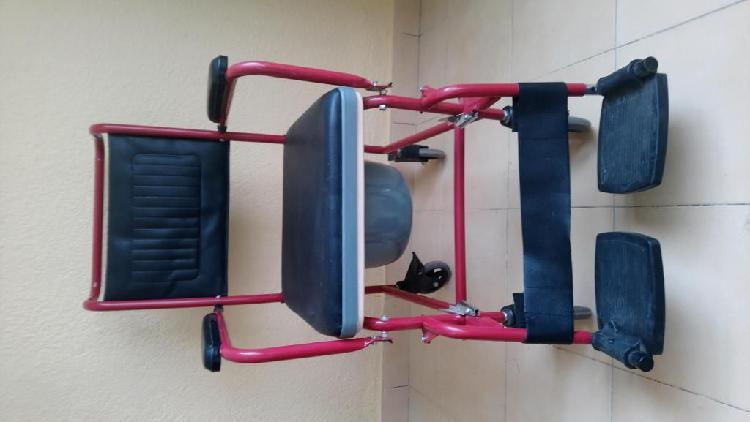 Silla de ruedas con inodoro desmontable y reposapiés