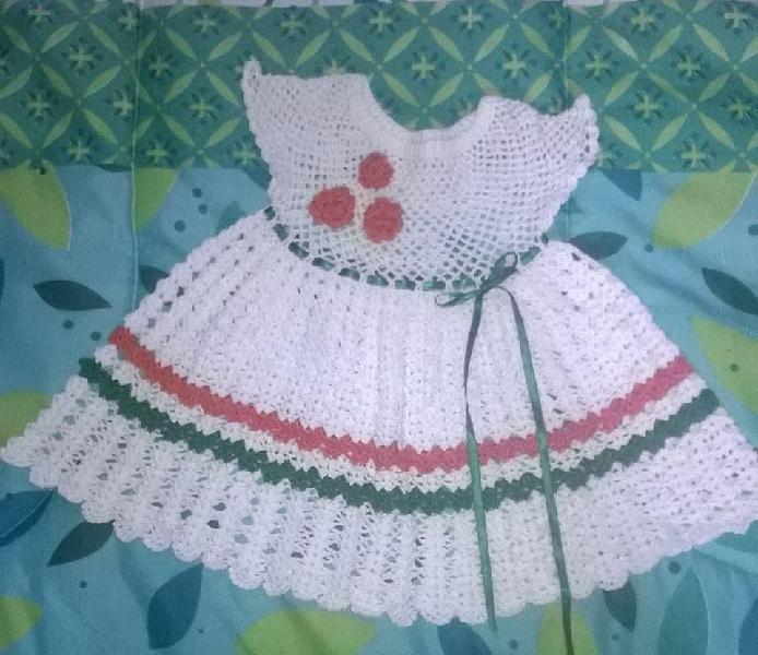 Vendo vestido tejido a crochet nuevo y pañalera para niña.
