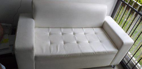 Muebles sala en cuero sintético. están en muy buen estado.