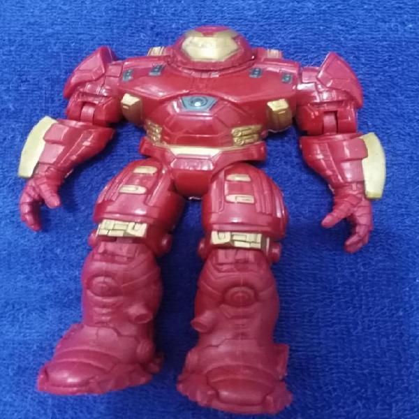 Juguete robot color rojo y dorado con accesorio que le cubre
