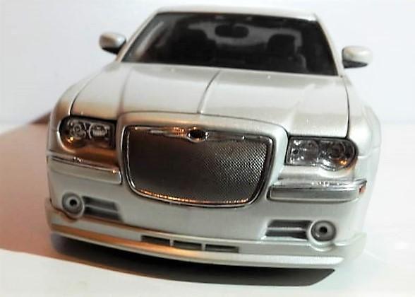 Carro de colección. diecast. chrysler 300 c, 2005. escala