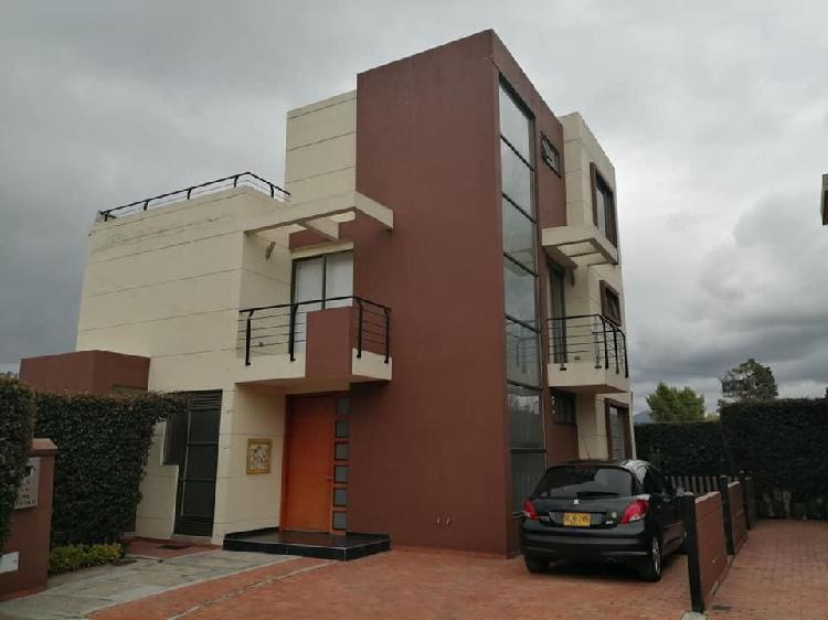 El_punto_de_la_permuta vende hermosa casa en chia con lote