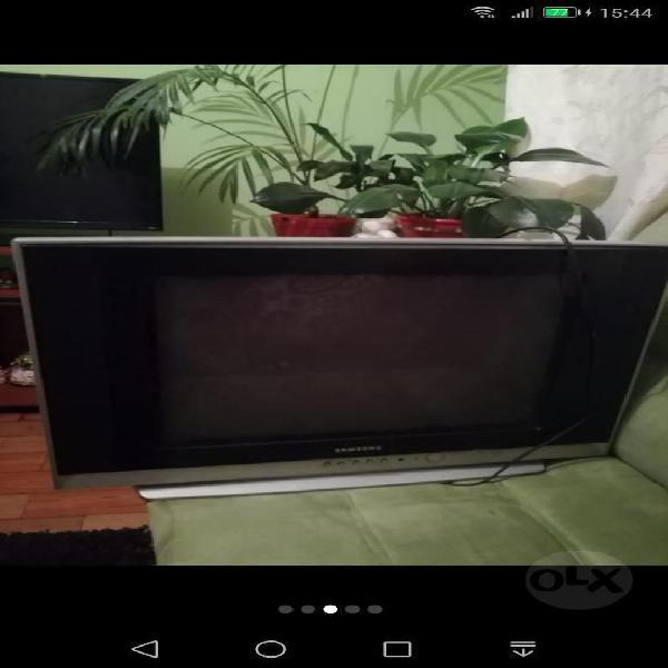 Cama sencilla colchón televisor