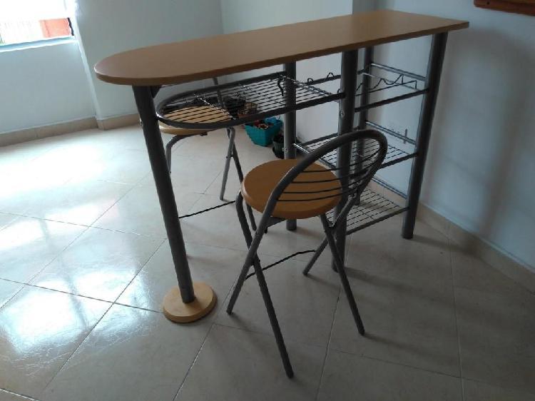 Comedor pequeño con sillas plegables color madera clara