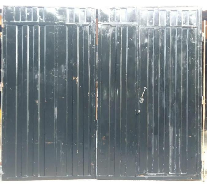 Portón negro