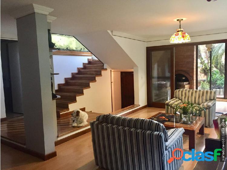 Venta casa dos niveles con jardín por los parra