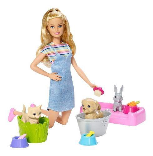 Barbie juega y lava a sus mascotas