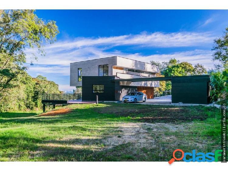Lujosa casa estilo industrial en alto de las palma