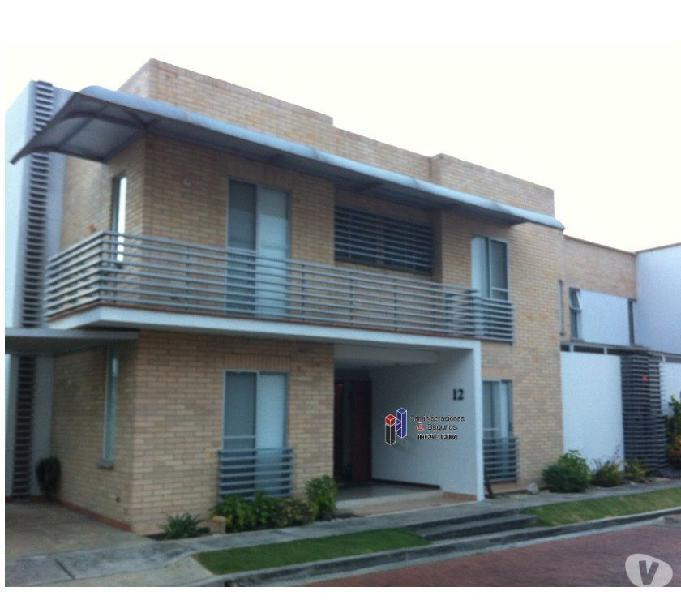 Alquiler casa en condominio de tres niveles