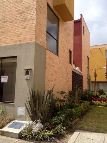 Casa esquinera en condominio palo alto. $1.100.000 incluída