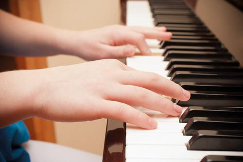 Clases de piano personalizadas en piano vertical -naranja