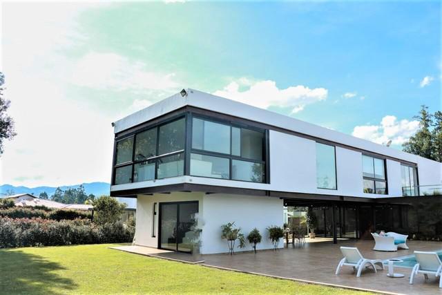Casa moderna con piscina llanogrande