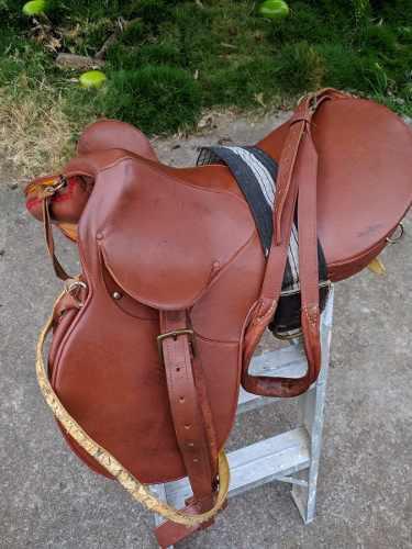 Fina silla de montar caballo en cuero muy bien conservada