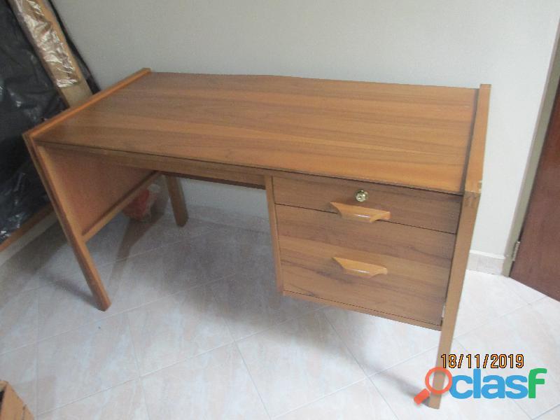 Vendo escritorio en madera, buen estado, casi nuevo.
