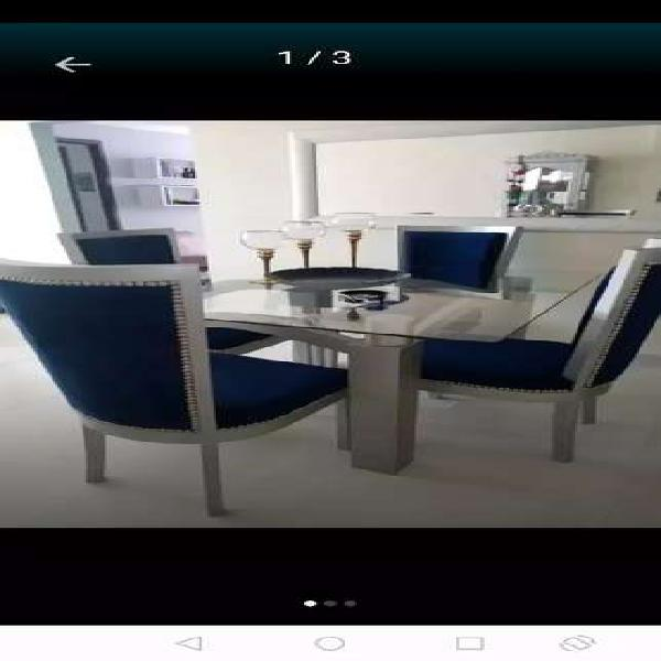 Mesa comedor moderna en roble, no incluye las sillas.