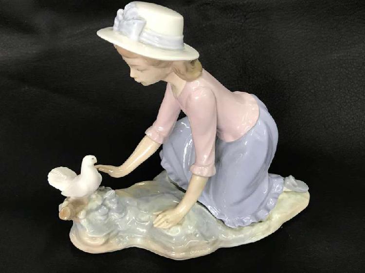 Porcelana niña con paloma marca lladro made in spain 1979