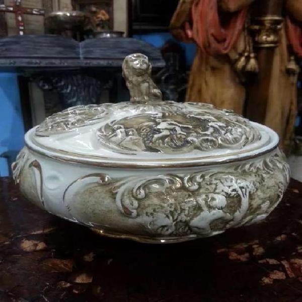 Bombonera antigua en porcelana tallada marca capo di monti