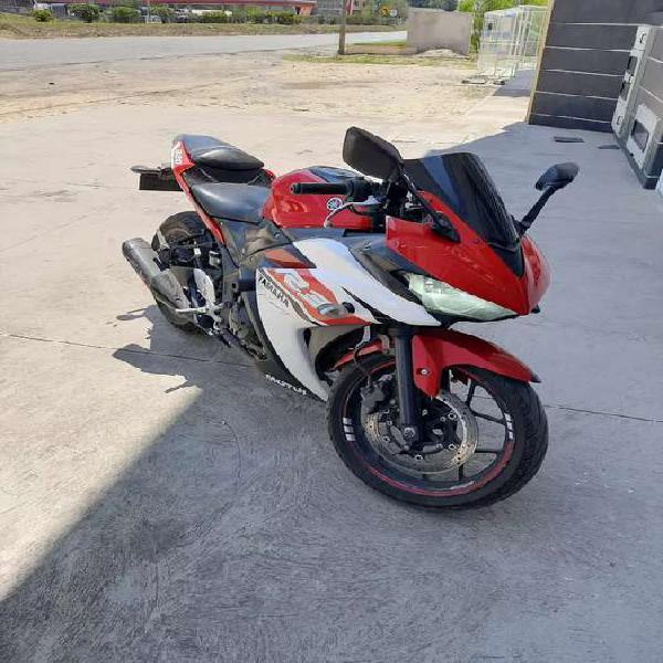 Hermosa Yamaha R3 roja con blanco 2015