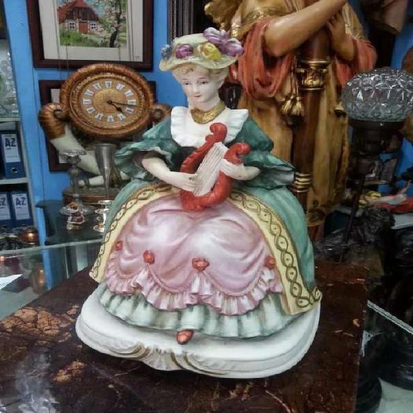Porcelana de mujer con arpa marca seyi nakene decorativa