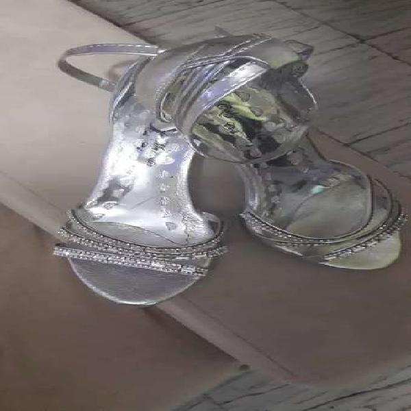 Zapatos plateados de gala