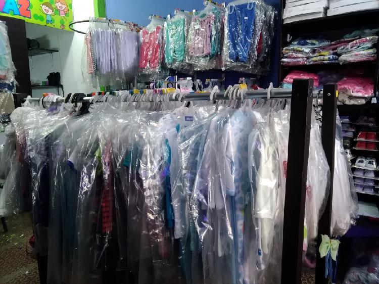 Vendo montaje de ropa infantil, accesorios mas maniquís,