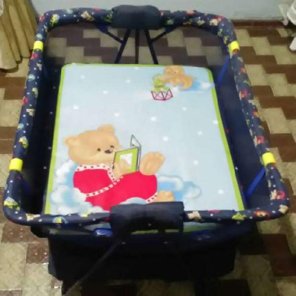 Corral, mecedora y colchoneta para bebé