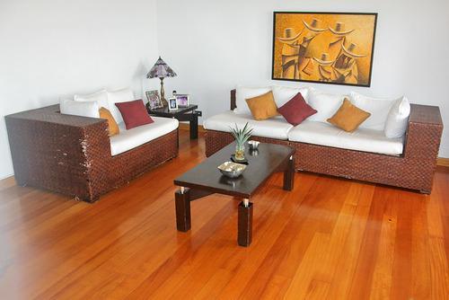 Sala en madera rattan con cojines en tela usados