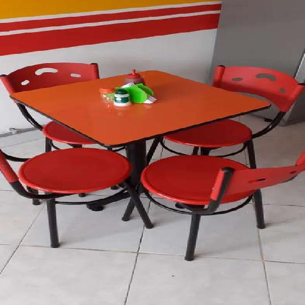 Mesa de comedor con sus cuatro sillas