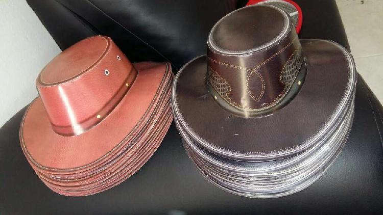 Sombreros de carton y bolsos para sorpre