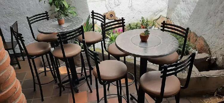 Silla alta y mesa elegante para bar o finca